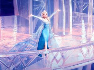 氷の城を築き、解放されるエルサ。主題歌「Let It Go ~ありのままで~」を高らかに歌い上げるシーン