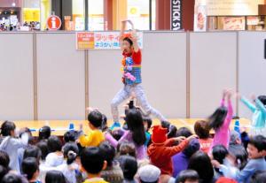 子どもたちと「ようかい体操」を踊るラッキィ池田さん=奈良県大和郡山市、2014年12月