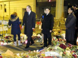 襲撃された週刊新聞「シャルリ-・エブド」の編集部の現場近くで、献花した後に周囲を歩く岸田外相(中央)=2015年1月18日、パリ、松尾一郎撮影