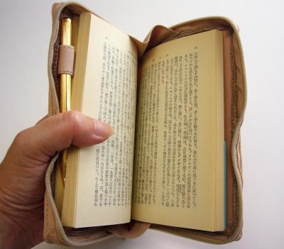 文庫本がすっぽり収まり、筆記用具を入れるペン差しも=ヘミングス提供