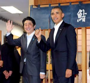 すし店での会食を終え、店を出る安倍晋三首相とオバマ米大統領=2014年4月23日