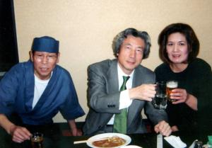 小泉純一郎氏が通ったラーメン屋「壇太」の安達実さん夫妻と小泉氏