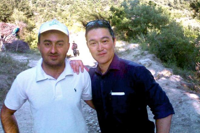 シリア北部で2013年4月、後藤健二さん(右)の通訳を務めたムーサ・アムハーンさん。「ケンジは人間味にあふれていた。みんなが愛している。また会いたい」と解放を訴えている