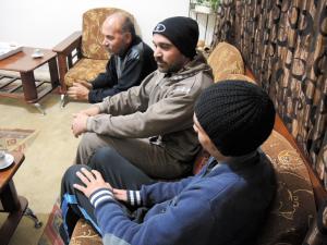 ヨルダン市内の自宅アパートで取材に応じるシリア難民たち=2013年12月11日、松尾一郎撮影