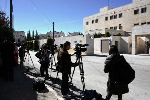 多くの報道陣が集まった現地対策本部があるヨルダンの首都アンマンの日本大使館前=2014年1月21日
