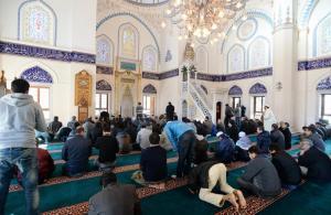 東京・渋谷のモスク「東京ジャーミイ」では、イスラム教徒たちが日本人人質解放の祈願を前に、集団礼拝を行った=1月23日