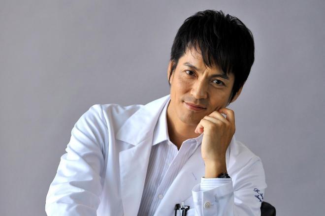 ドラマ「DOCTORS」に主演の沢村一樹さん。「クラシコ」は、体にフィットしたおしゃれな白衣を提供している=2011年10月