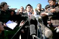 28日、アンマンの在ヨルダン日本大使館前で報道陣の質問に答える中山泰秀外務副大臣。人質事件をめぐり情報の混乱が続いている