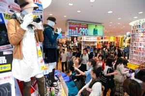 「ビックロ」の店内にはカメラを持ったマネキンなど、家電と衣料がコラボしたディスプレーが目立った=2012年9月、東京都新宿区