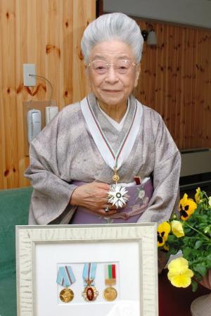 手作りのブルガリア・ヨーグルトを日本で広めるなど文化交流に努めたことで、ブルガリア共和国大統領から勲一等の勲章が授与された=2009年3月30日