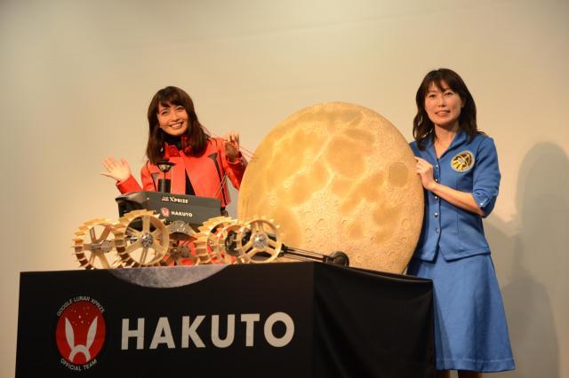プロジェクトの発表会場には、エヴァンゲリオンファンという加藤夏希さんと宇宙飛行士の山崎直子さんがかけつけました=東京都渋谷区