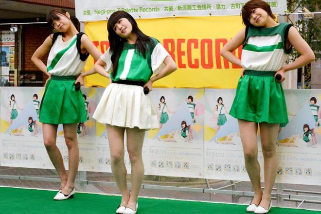 地元密着が魅力の新潟発アイドル「ねぎっこ」、AKB48グループの「NGT48」進出にも落ち着いたリアクションを見せた=2014年4月15日
