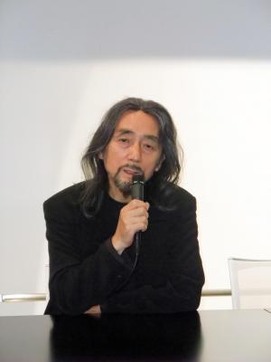 民事再生手続きについての記者会見で、「世界に一歩も引けを取らない服作りが私の責務、宿命だ」と語る山本耀司氏=2009年10月9日、東京都港区