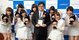 秋元康さん(前列中央)と、AKB48のメンバーたち=2013年5月22日