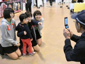 地元イベントではファンと積極的に触れ合う「ねぎっこ」=2013年11月2日、新潟市中央区