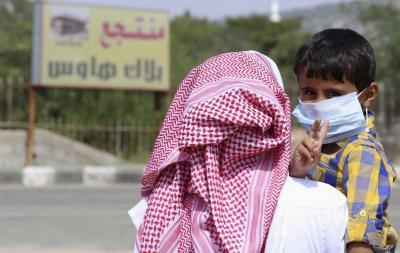 サウジアラビア国内でのMERSの拡大を受け、マスクを着用する少年=2014年6月、ロイター