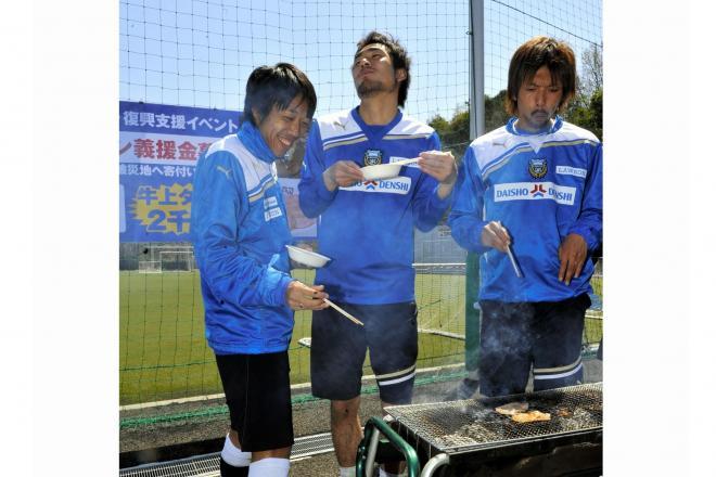 東日本大震災で被災した仙台を支援しようと、牛タンを食べてPRする川崎フロンターレの選手ら=2011年4月12日
