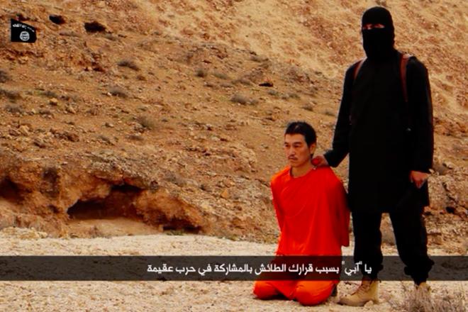 複数のアングルで構成された動画。画面には「イスラム国」の黒いロゴが入っている
