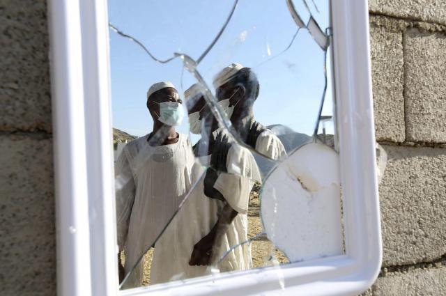 サウジアラビアのタイフで、鏡に映りこんだマスク着用の医療従事者=2014年11月、ロイター