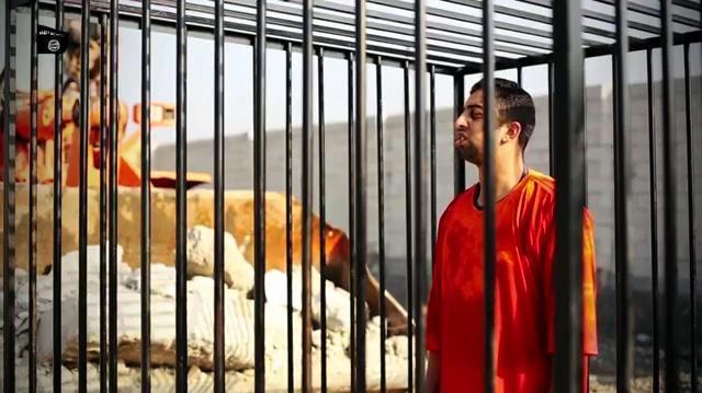 檻の中にいれられた、ヨルダン空軍のパイロット、ムアーズ・カサースベ中尉と見られる男性。この後、覆面の兵士によって火がつけられた