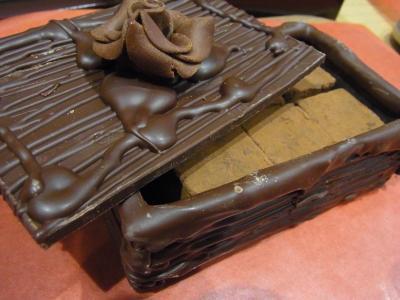 「コフル・オ・ショコラ」は生チョコが入った箱も味わえる