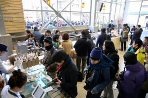 東京・清澄白河に開店した「ブルーボトルコーヒー」の店内
