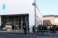 2月6日に開店した「ブルーボトルコーヒー」。店内に入りきれない人たちが外で列を作っていた