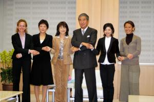 当時の石原慎太郎都知事を訪問した東京マラソン参加選手=2007年1月