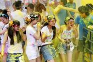 大阪で開かれた「カラーラン」。黄色の粉を浴びてはしゃぐ参加者たち=2014年7月、大阪市淀川区、林敏行撮影