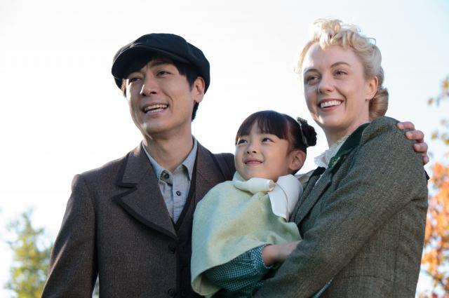 北海道ロケで「エリー」役を演じるシャーロット・ケイト・フォックスさん(右)=NHK提供