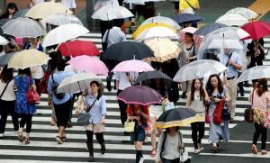 梅雨前線の影響で、強い雨に見舞われた福岡市=2014年7月7日