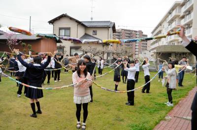 「千羽鶴」の代わりに「千本うまい棒」を贈った千葉県長生高校・弓道同好会。長さ160メートル。4重5重の輪になった=2013年3月