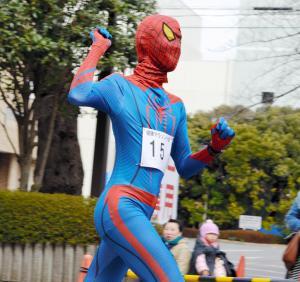 スパイダーマンに仮装してマラソン大会で走る参加者=2013年3月、武蔵野市役所