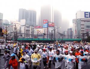 第1回の東京マラソン。新宿のビル群を背にゴールを目指す参加者たち=2007年2月