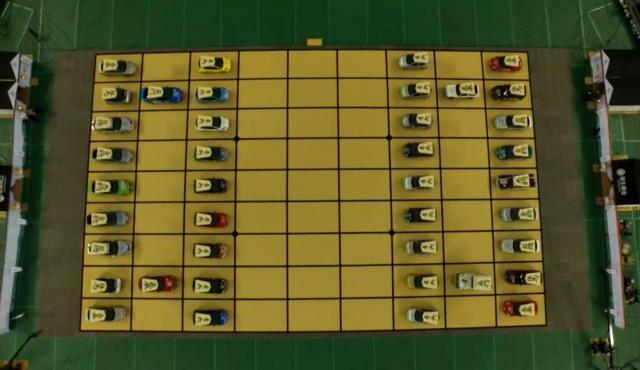 巨大な将棋盤に自動車が40台ずらりと並んだ=西武ドーム、ドワンゴ提供