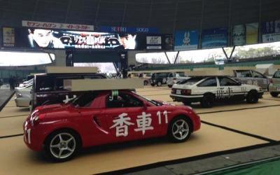 対局を待つ将棋駒のトヨタ車。手前は羽生陣営の香車「MR―S」=西武ドーム