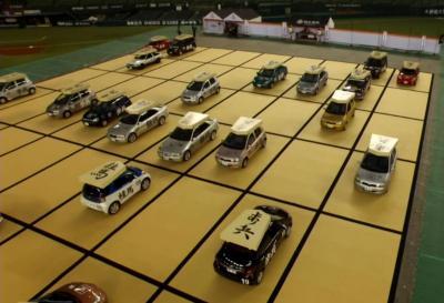対局が進むと、駒に見立てた自動車が向き合った=西武ドーム、ドワンゴ提供