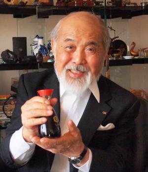 代表作のしょうゆ卓上瓶を手に語る工業デザイナーの栄久庵憲司さん=2012年10月25日