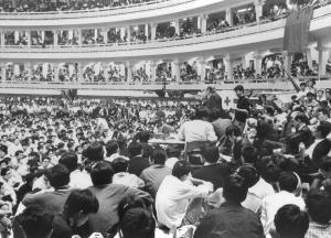 学園紛争中の日大で繰り広げれた全学共闘会議と大学側との「大衆団交」=1968年9月30日、東京・両国の日大講堂