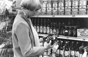 1968年のアメリカのスーパー。店頭にはキッコーマンしょうゆ卓上瓶が並べてある