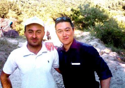 通訳と一緒にシリア北部入りした後藤健二さん(右)