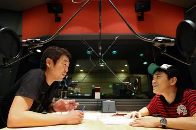 ラジオ番組に出演する「浅草キッド」の水道橋博士さん(右)と玉袋筋太郎さん=2007年7月19日