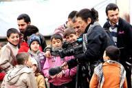 シリアで取材中に子どもたちに囲まれる後藤健二さん=サミ・マシャールさん撮影