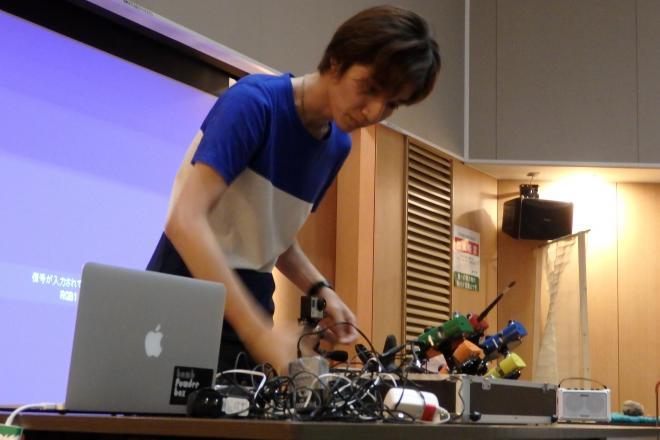 自作楽器のイベント「オトアソビ」で演奏を披露する発表者=2014年8月、ADK勉強会提供