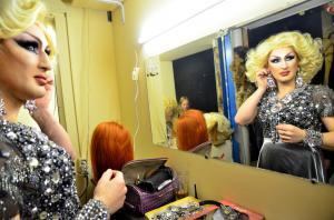 ロシアのゲイクラブで舞台の準備をする出演者=2014年2月、ソチ、関根和弘撮影