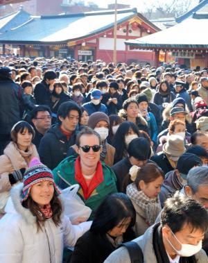 参拝客で混み合う浅草寺。行列のあちこちに外国人観光客の姿があった=2015年1月3日