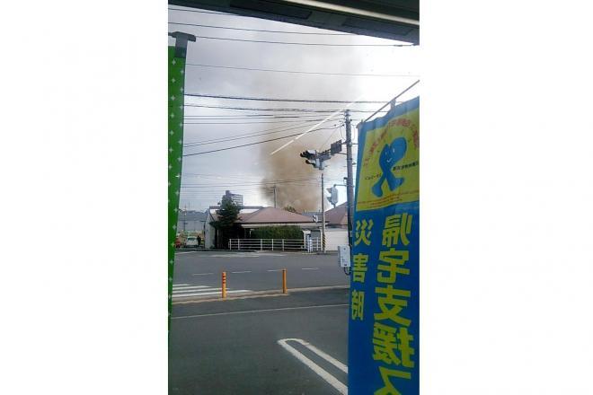 神奈川県厚木市長谷付近で発生した竜巻とみられる突風=2月13日午後3時20分ごろ、目撃者の男性提供