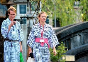 浴衣姿で温泉街を散策する外国人観光客=兵庫県豊岡市城崎町湯島=2014年7月