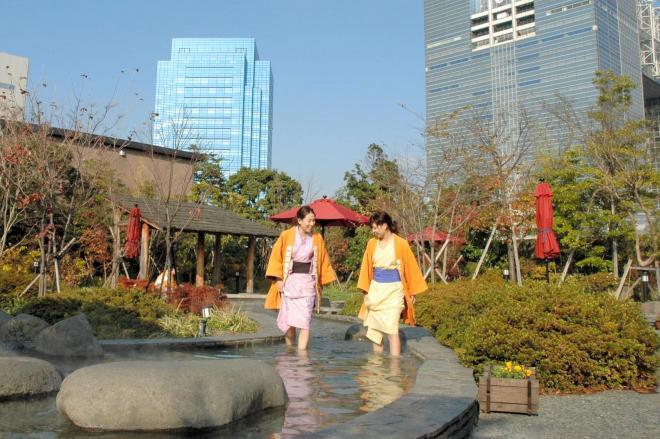 お台場にある「大江戸温泉物語」。テーマパークのような凝った建物、様々なお風呂が人気を呼んでいる