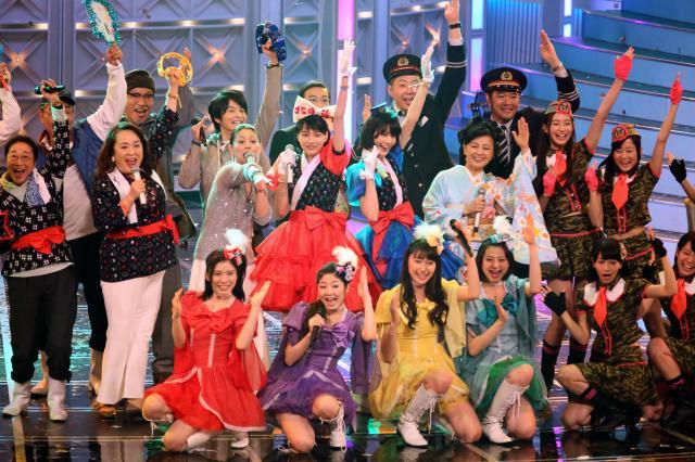 紅白の舞台に勢揃いした「あまちゃん」のメンバー=2013年12月31日